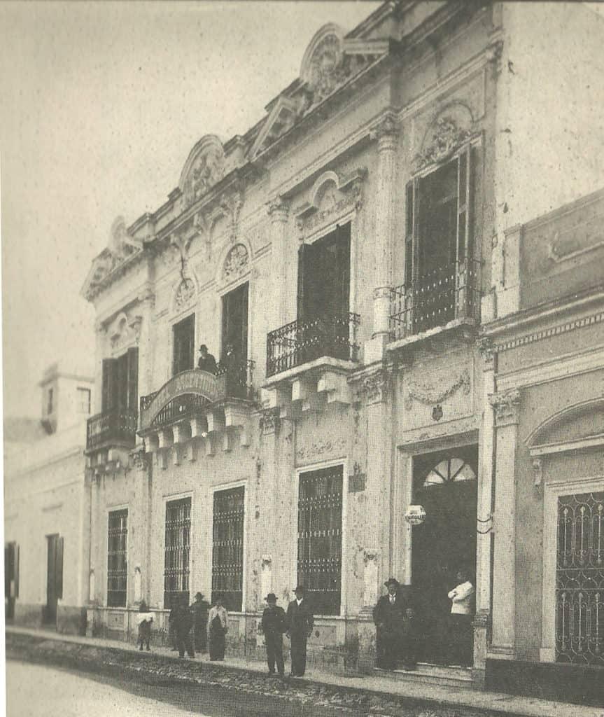 Hotel Argentino, al fondo se puede ver el mirador de la casa del coronel Santa Cruz